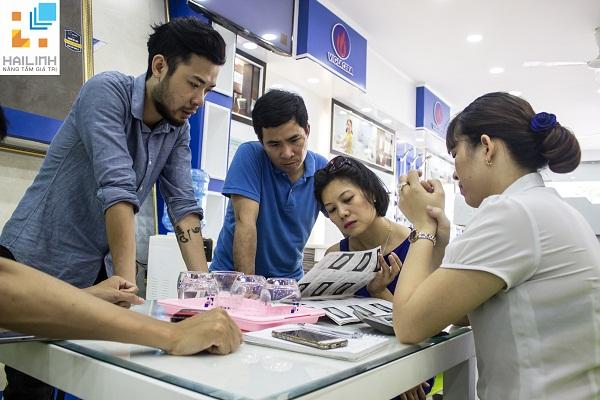 """Khách hàng ngoại tỉnh """"nô nức"""" đến ủng hộ chương trình """"Mua là có quà"""" tại Showroom Hải Linh"""