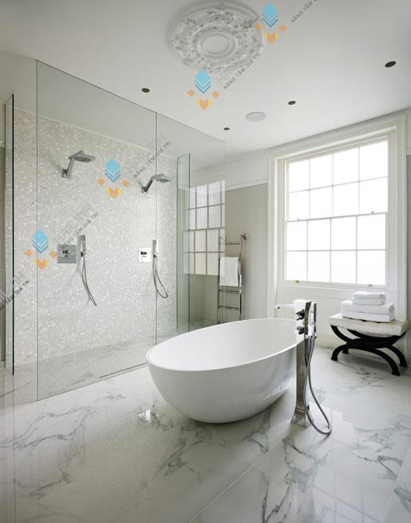 Chọn gạch ốp tường nhà tắm nên có bề mặt nhẵn bóng